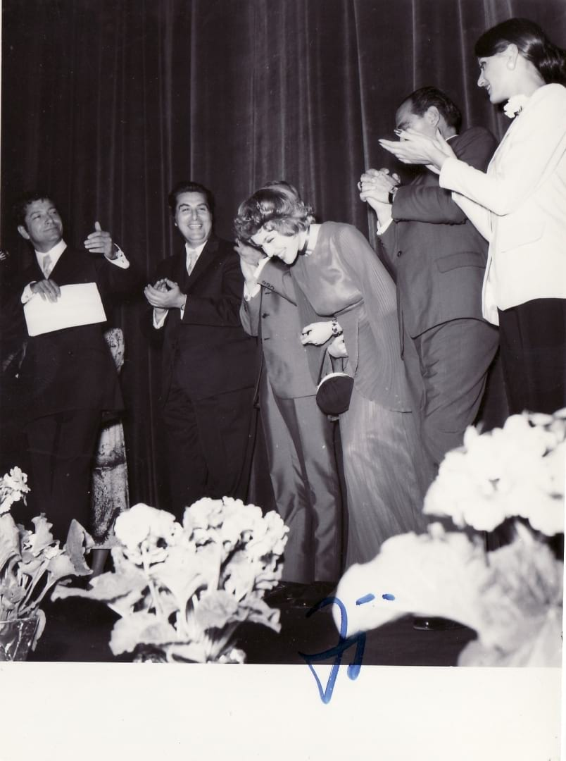 """Corina Chiriac pe scena cinematografului Patria din București la premiera filmului """"Aventuri la Marea Neagră"""" (1971)"""