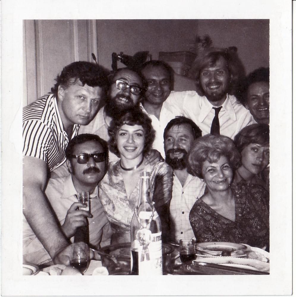 """Corina Chiriac cu echipa după o zi de filmare la """"Aventuri la Marea Neagră"""" (1971)"""