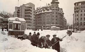 Asa se deszapezeau liniile de tramvai in Bucuresti (1955)