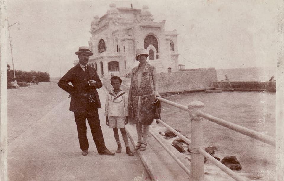 Compozitorul Mircea Chiriac la 8 ani în fața Cazioului din Constanța împreuna cu părinții