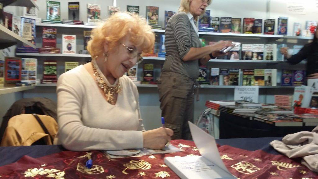 Corina Chiriac dand autografe