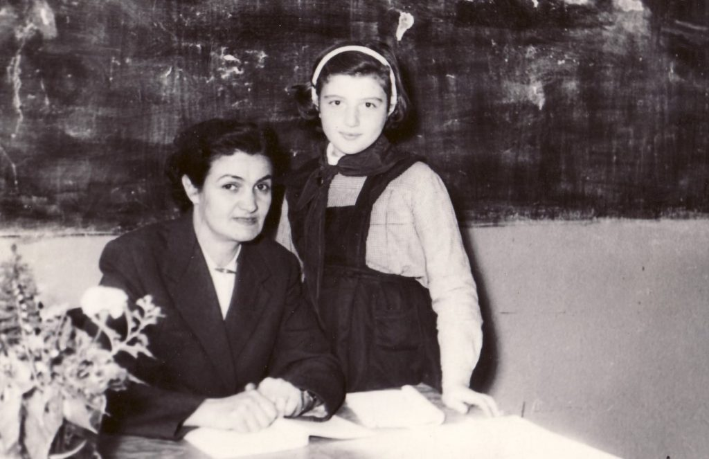 Corina Chiriac în clasa a 4-a alături de doamna învățătoare M. Racu