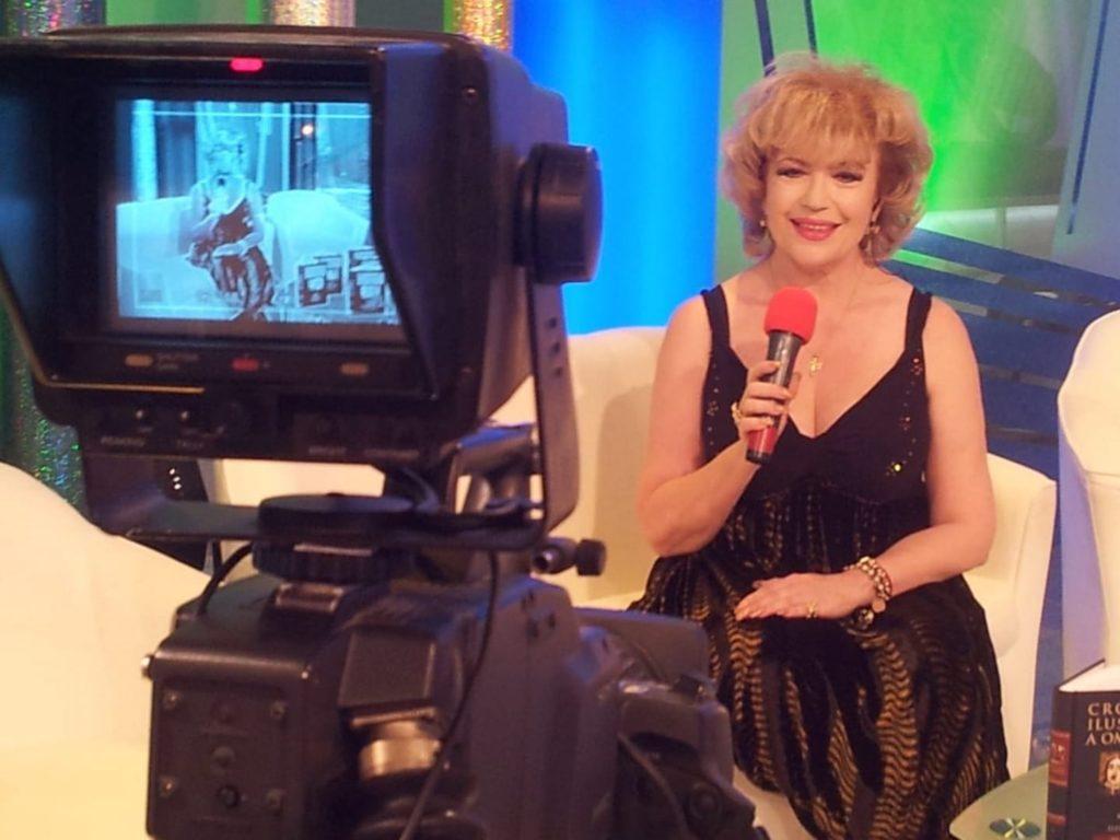 """Corina Chiriac în decorul emisiunii """"Să v-amintiți duminica"""" la National TV (2010)"""