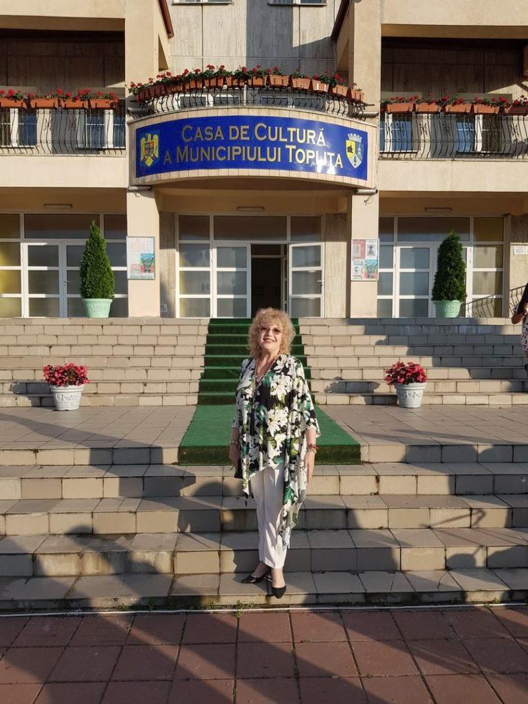 Corina Chiriac în fața casei de cultură din Toplița (2018)