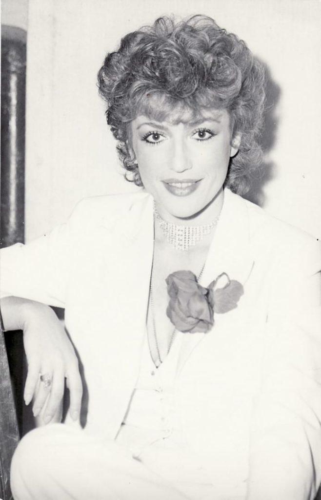 Corina Chiriac în pauză de spectacol la Gradina Boema, anii 1980