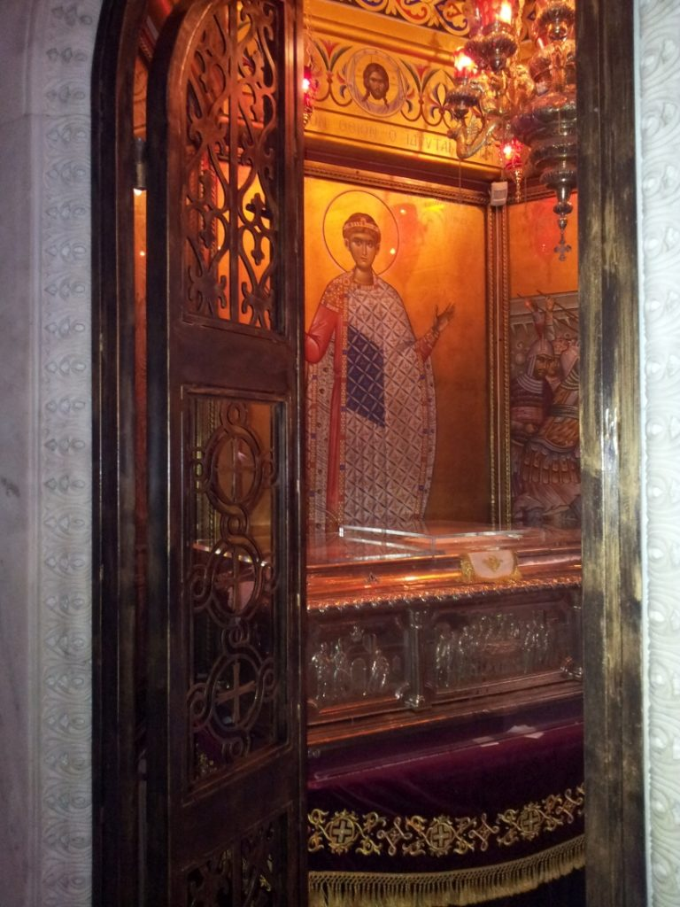 Corina Chiriac la intrarea la sfintele moaste Sfântul Dimitrie Izvorîtorul de Mir (Thessaloniki, arhivă personală)