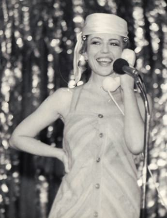 Corina Chiriac pe scenă vorbind la telefon